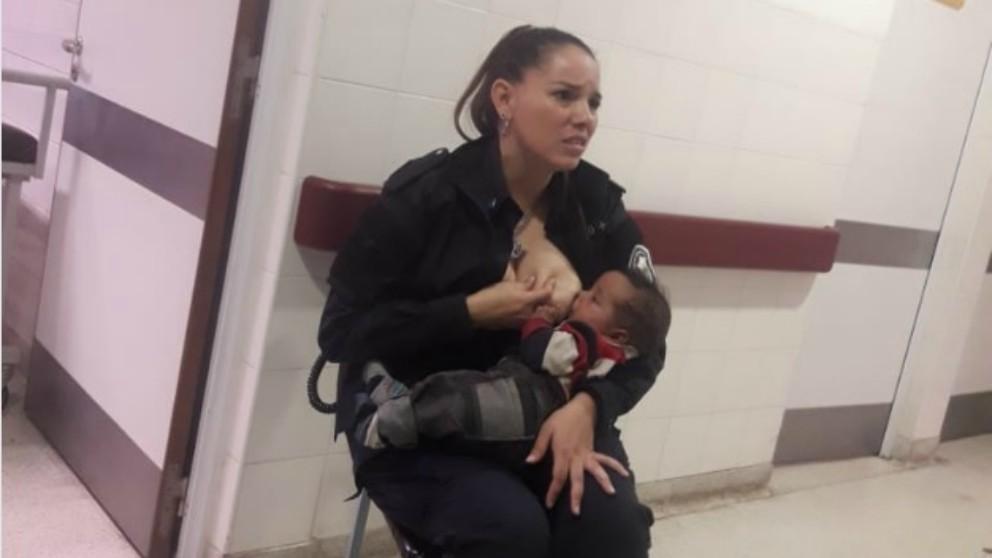 Viral una policía da el pecho a un bebé hambriento