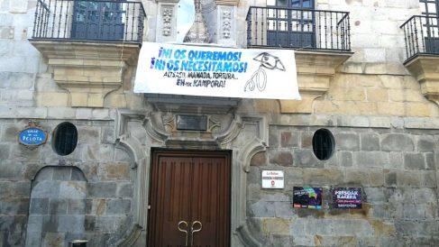 La pancarta contra la Guardia Civil colocada en el balcón de un edificio del Ayuntamiento en el Casco de Bilbao.