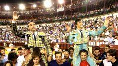 Enrique Ponce y Roca Rey salen a hombros este sábado en Málaga (Foto: EFE).