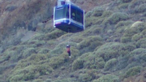Uno de los pasajeros del Teleférico del Teide siendo evacuado. Foto: Twitter