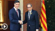 El presidente del gobierno Pedro Sánchez y el president de la Generalitat Quim Torra, se saludan antes de la reunión que ambos mantienen en el Palacio de La Moncloa en Madrid (Foto: Efe)