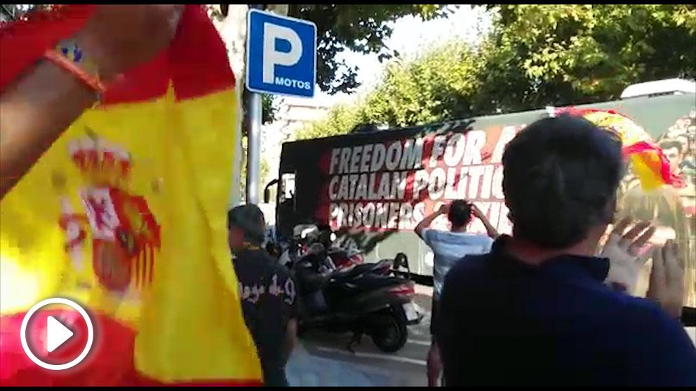 Autobús de Òmnium Cultural a su paso por Salou (Tarragona).