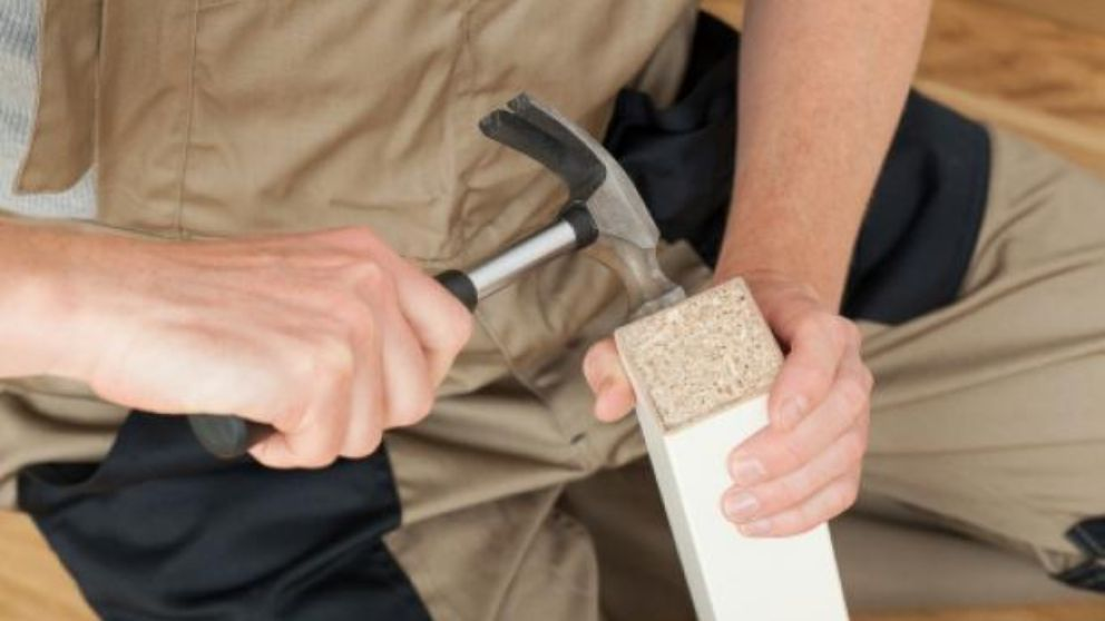 Cómo arreglar una mesa que cojea paso a paso