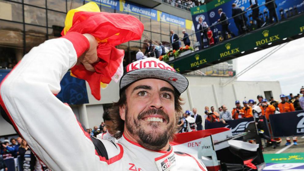Fernando Alonso celebra su triunfo en una prueba con Toyota.