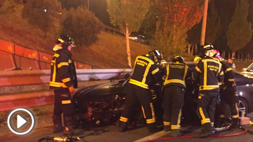 Los bomberos sacan del coche al conductor kamikaze (Foto: EMERGENCIAS MADRID)