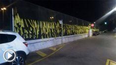 Lazos amarillos en una valla de la avenida Mossen Jaume Soler de Calafell. Foto: FB