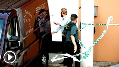 Efectivos policiales ante la vivienda en la que la mujer fue asesinada (Foto: EFE).