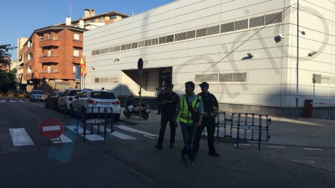 Policía catalana mata a un hombre armado que irrumpió en comisaría