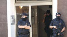 """Los Mossos d'Esquadra custodian el edificio donde vivía el que hombre ha sido abatido esta mañana al intentar acceder a la con un cuchillo en la mano y al grito de """"Alá es grande"""" en la comisaría de los Mossos en Cornellá. (Foto: Efe)"""