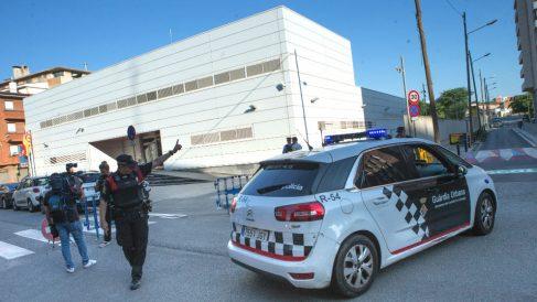 """Efectivos policiales ante la fachada de la comisaría de Cornellà de Llobregat (Barcelona), donde un hombre ha sido abatido esta mañana al intentar acceder al edificio con un cuchillo en la mano y al grito de """"Alá es grande"""". (Foto: Efe)"""