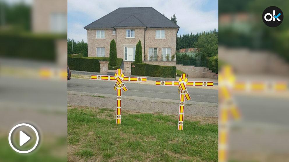 Cruces con la bandera de España frente a la casa del fugado Carles Puigdemont en Waterloo (Bélgica).