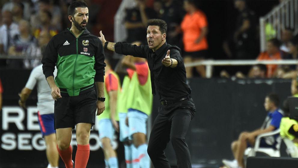 Simeone da instrucciones en la banda de Mestalla. (AFP)