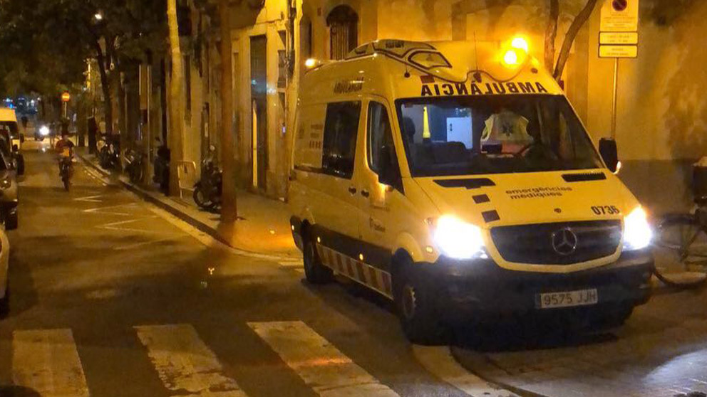 Ambulancia llegando al lugar del incidente en Barcelona.