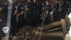 La estatua en honor a los soldados confederados derribada en la Universidad de Carolina del Norte. Foto: Twitter