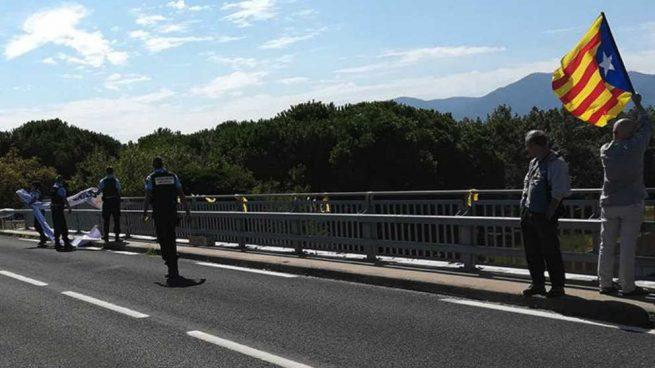 Los gendarmes retiran una pancarta separatista colocada en un puente del sur de Francia