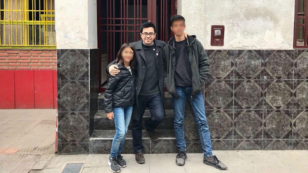"""Gerardo Pisarello, con sus hijos, en su casa natal de Buenos Aires durante su """"viaje oficial"""". (TW)"""