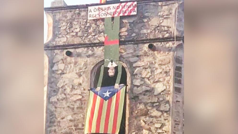 Una figura del Rey Felipe VI colgado boca abajo en la Iglesia de Orrius (Barcelona)