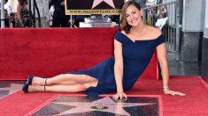 Jennifer Garner muestra orgullosa su estrella en el Paseo de la Fama de Hollywood. Foto: AFP