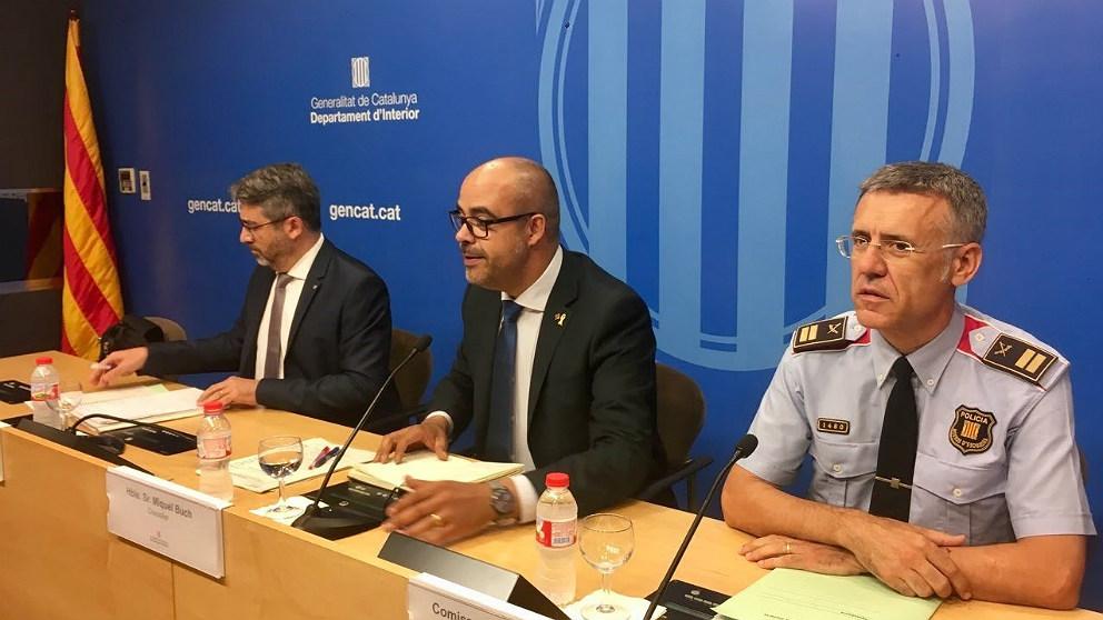 Miquel Buch, conseller de Interior (centro); con Miquel Esquius, jefe de los Mossos, y Andreu Martinez, director general del cuerpo. (EP)