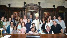 El obispo de Bilbao, Mariol Iceta, junto con familias de su diócesis. (EP)
