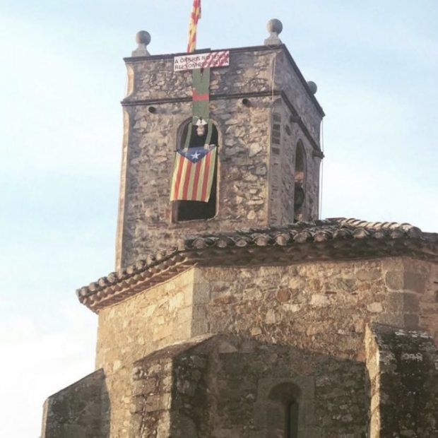 Una iglesia catalana cuelga del campanario un muñeco de Felipe VI boca abajo