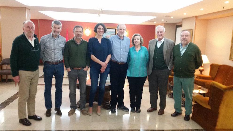 El ex JEMAD y secretario general de Podemos, José Julio Rodríguez, segundo por la izquierda, con la Junta Directiva del Foro Milicia y Democracia en el 2016.