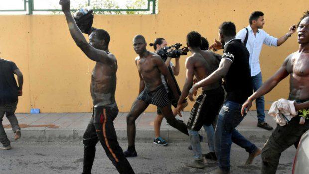 Los subsaharianos celebran su entrada en Ceuta tras el el asalto a la valla
