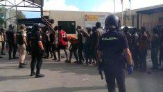 Alrededor de 200 inmigrantes subsaharianos han logrado saltar la valla fronteriza que separa Ceuta de Marruecos en un día en el que se celebra la Pascua del Sacrificio, en un asalto en el que cinco guardias civiles han resultado heridos. Según fuentes de la Guardia Civil, el asalto a la valla se ha producido alrededor de las 9.00 horas. Foto: EFE