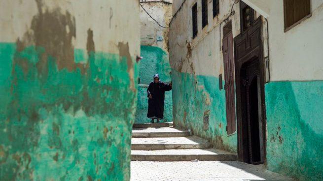 Una anciana pasea por un pueblo de Marruecos. Foto: AFP