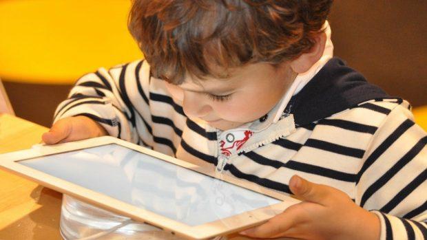 Los peligros del uso de pantallas en menores de 8 años