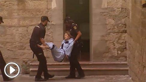 La detenida entrando en volandas en los juzgados.