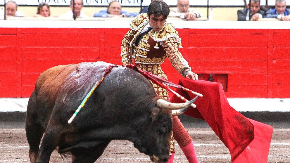 Miguel Ángel Perera durante un de sus faenas este jueves en Bilbao (Foto: EFE).