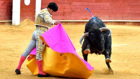 El Juli durante la faena a su primer toro (Foto: EFE).