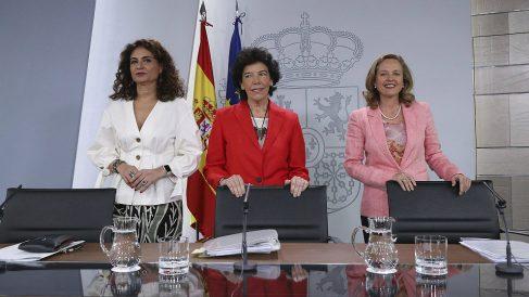 Las ministras María Jesús Montero, Hacienda; Isabel Celaá, portavoz; y Nadia Calviño, economía. (EP)