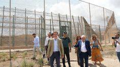 Pablo Casado, presidente del PP, durante su visita a la valla de Melilla. (EP)