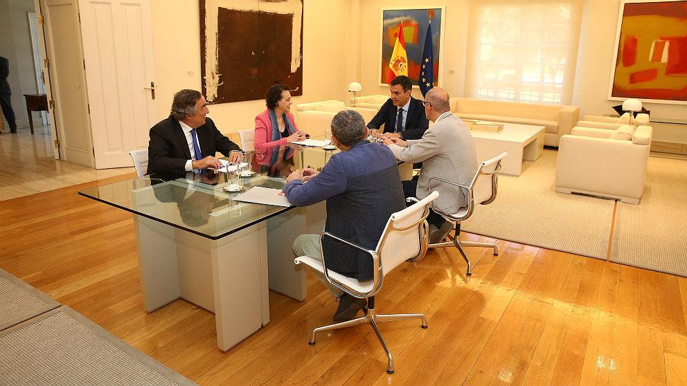Pedro Sánchez, reunido en Moncloa con los agentes sociales. (EP)