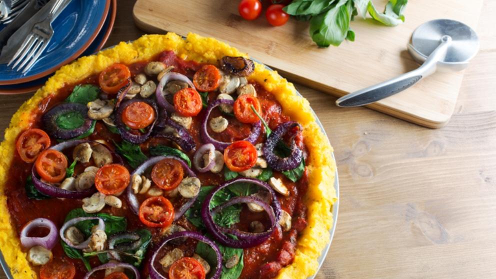 Receta de pizza de polenta, setas y pimiento, una maravilla sin gluten