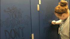 Profesores están decorando con frases positivas los baños del colegio