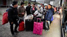 Un grupo de venezolanos del éxodo que huye  por millones de la miseria de Nicolás Maduro, en la frontera entre Ecuador y Perú. (AFP)