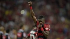 Vinicius Junior besa el escudo del Flamengo antes de marcharse al Real Madrid (Getty).