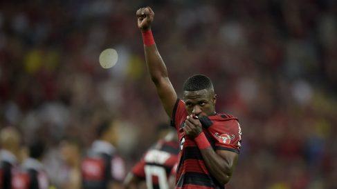 Vinicius Junior besa el escudo del Flamengo antes de marcharse al Real Madrid (Getty).