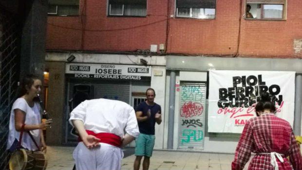El etarra Aitor Fernández recibe el 'aurresku' de bienvenida este martes en Bilbao