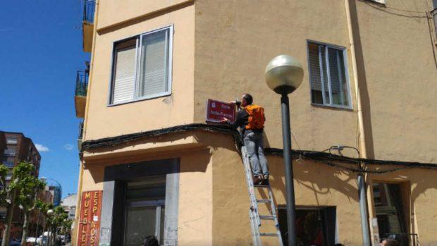 Sustitución de la antigua placa por la nueva calle Alcalde Emilio Francés