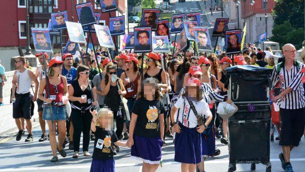 Los radicales con carteles de etarras recorren Bilbao en compañía de menores