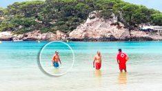 Artur Mas siendo reprendido por un socorrista en una playa de Menorca (Foto: 'Menorca.info')