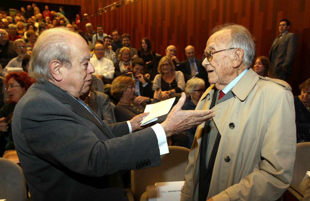 El ex presidente de la Generalitat Jordi Pujol conversa con Santiago Carrillo (Foto: EFE).