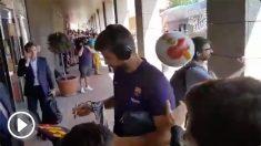 Piqué recibió un pelotazo con un balón de España. (@Garciia_Diego)