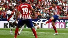 Saúl dispara a portería en el partido contra el Rayo. (EFE)