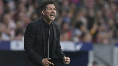 El Cholo Simeone da órdenes durante el Atlético – Rayo. (AFP)