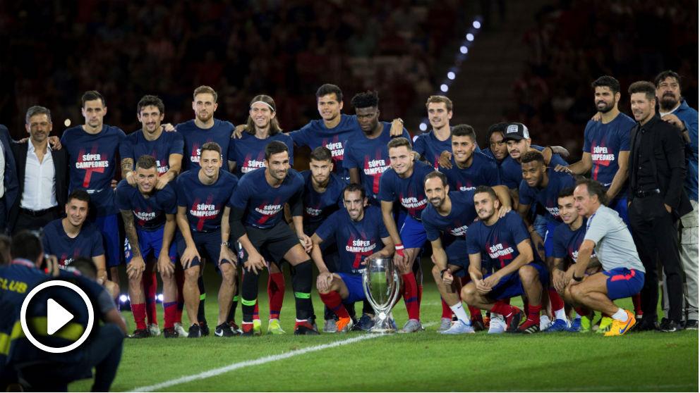 Los jugadores del Atletico posan con la Supercopa de Europa. (EFE)
